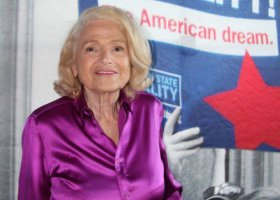 Edie Windsor na podium