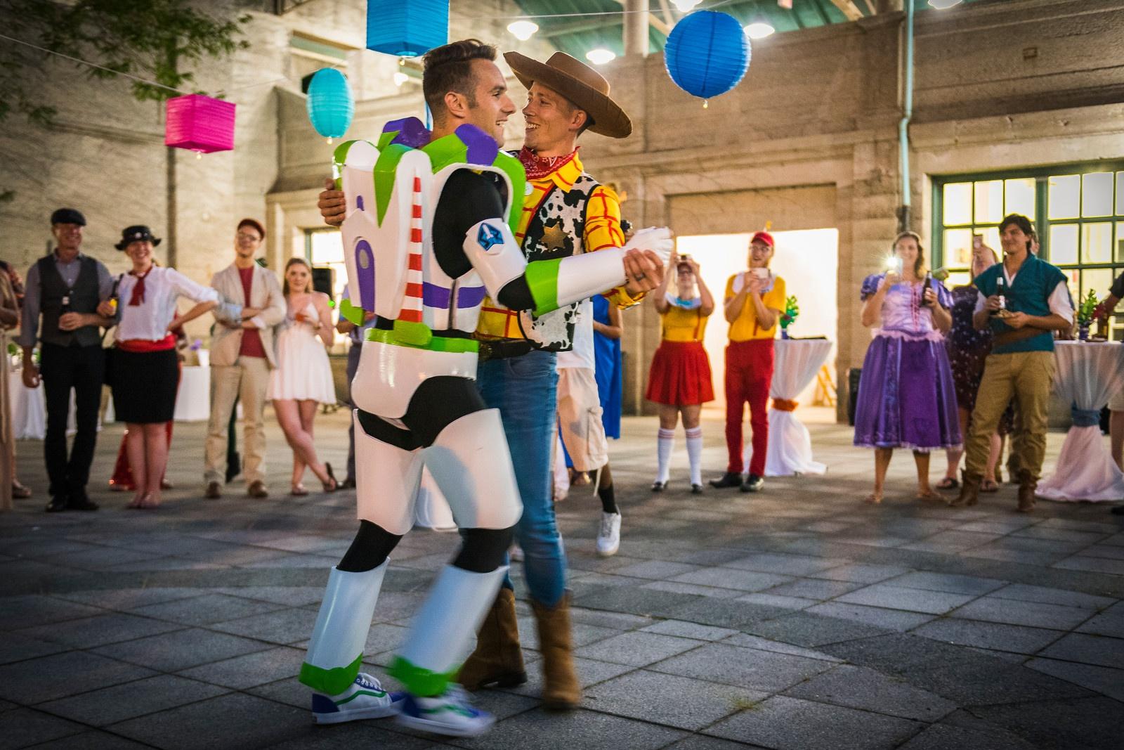 Buzz Astral I Chudy Wzięli ślub Disneyowski ślub Pary Gejów